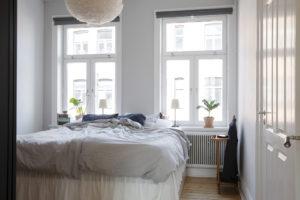 Camera da letto giocata sui toni del bianco