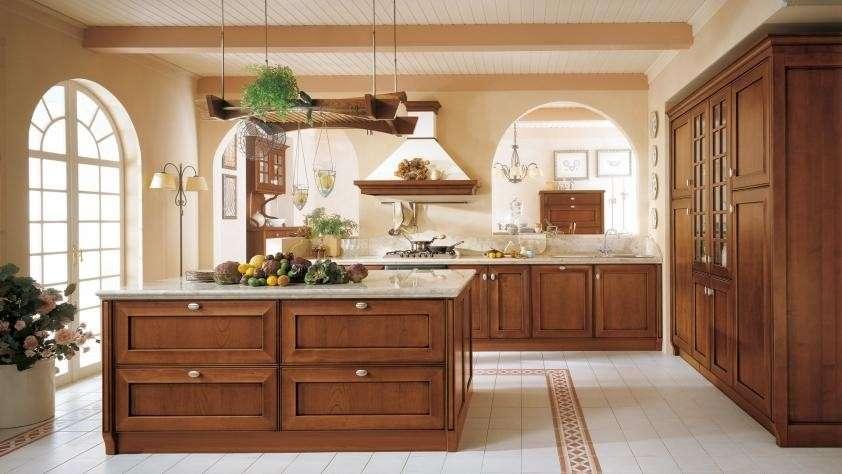 Cucina in legno di ciliegio muri gialli