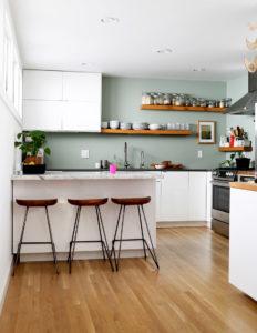 cucina con muri verdi