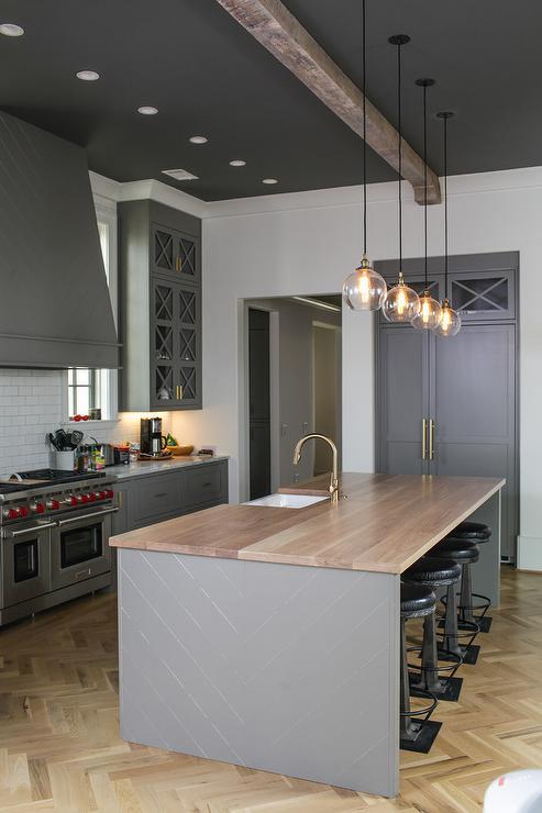 Cucina con soffitto nero e pareti bianche per avvicinare il soffitto