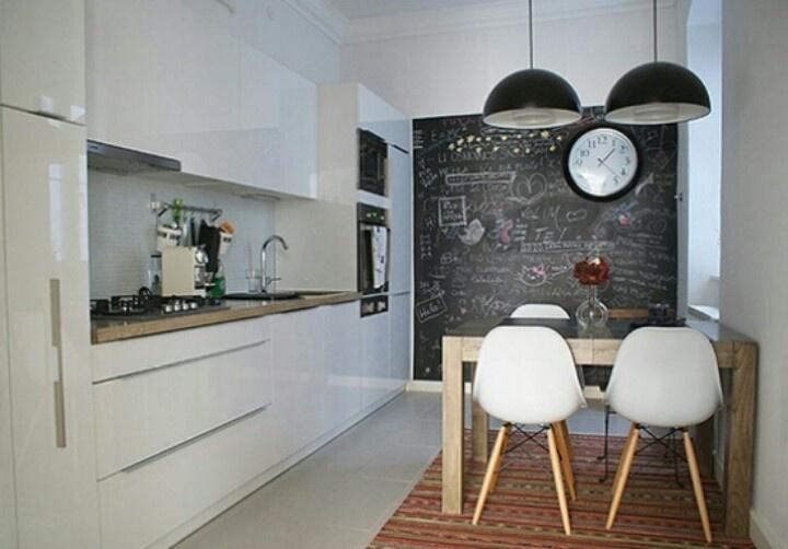 Cucina con parete effetto lavagna