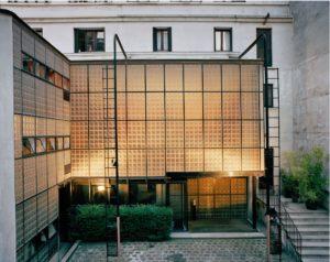 salotto con pareti in vetro di Pierre Chareau alla Maison de Verre