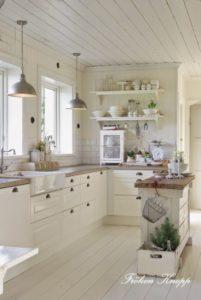 Cucina bianca con piano in legno