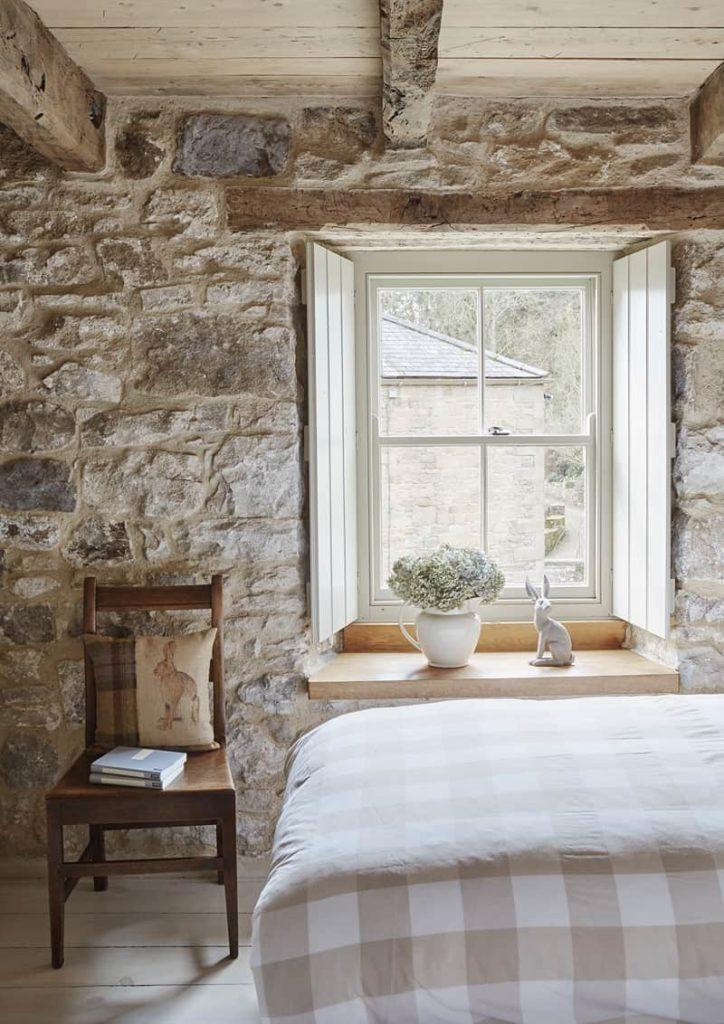 Camera da  letto con parete in legno