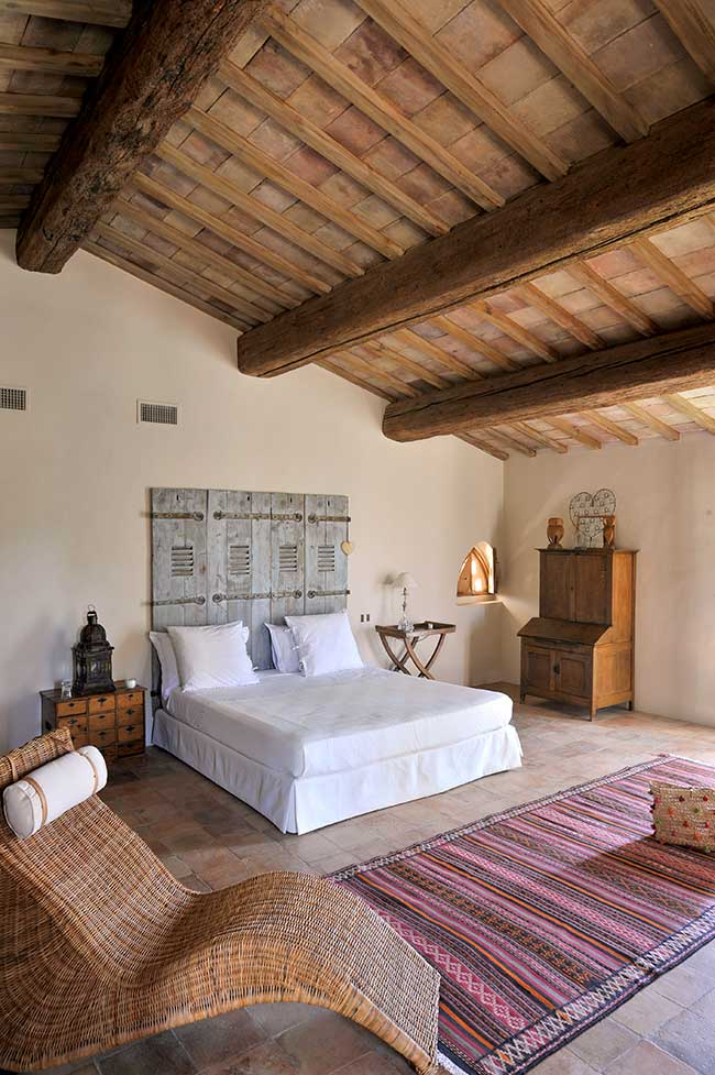 Camera da letto con materiali di recupero