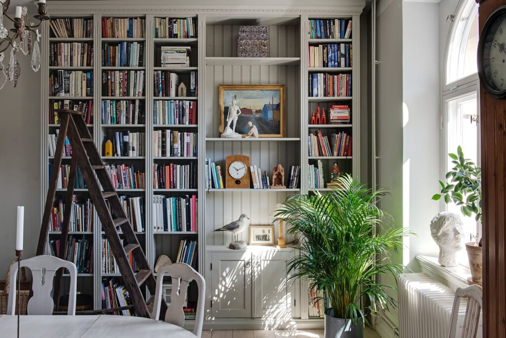 ampia libreria in legno