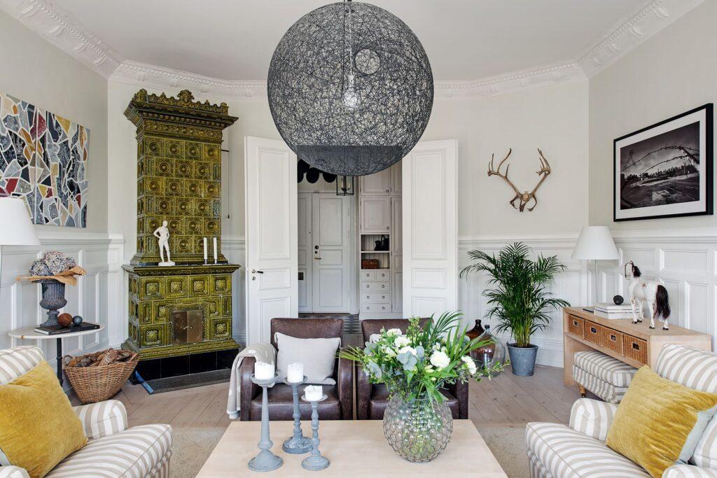 ampio salotto con stufa verde